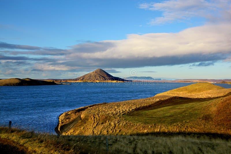 Sikt av sjön Myvatn Island och dess vulkaniska maxima royaltyfria foton