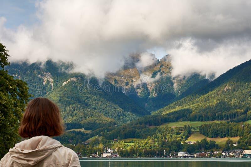 Sikt av sjön nära St Wolfgang med en kvinna som ser aet royaltyfria bilder