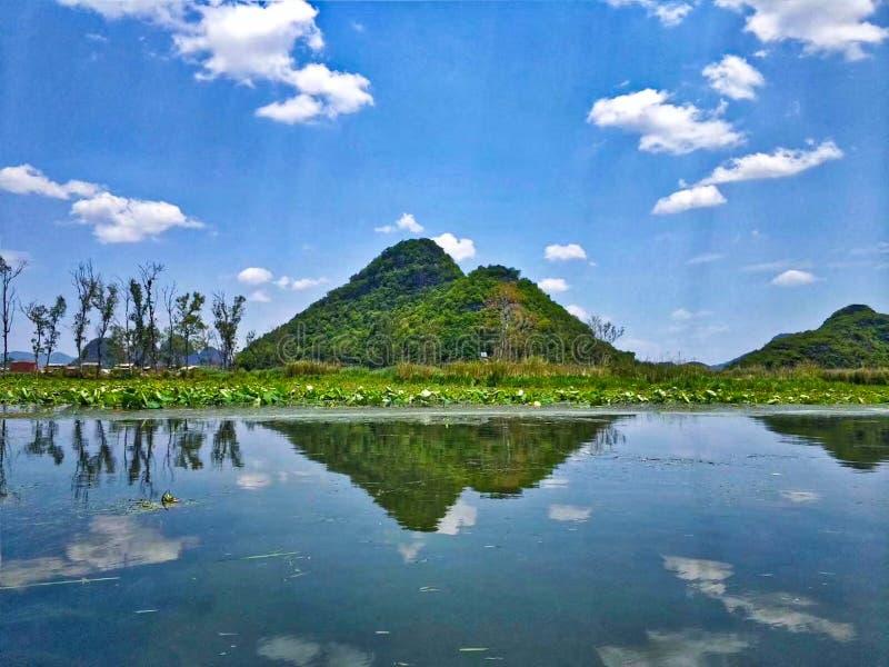 Sikt av sjön och berget under blå himmel arkivbilder
