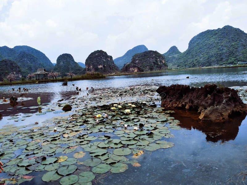 Sikt av sjön och berget under blå himmel royaltyfria bilder