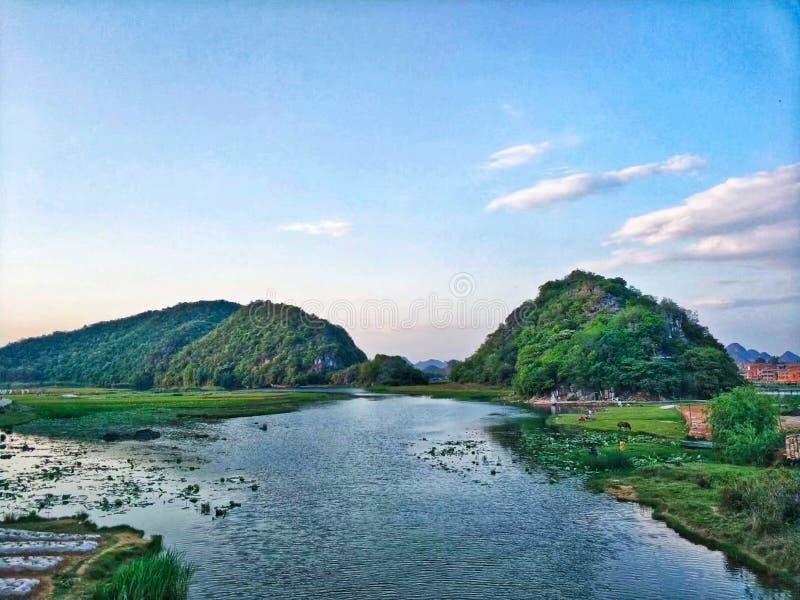Sikt av sjön och berget under blå himmel royaltyfri bild
