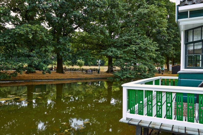 Sikt av sjön och huset med balkongen Nederländerna Juli royaltyfri foto