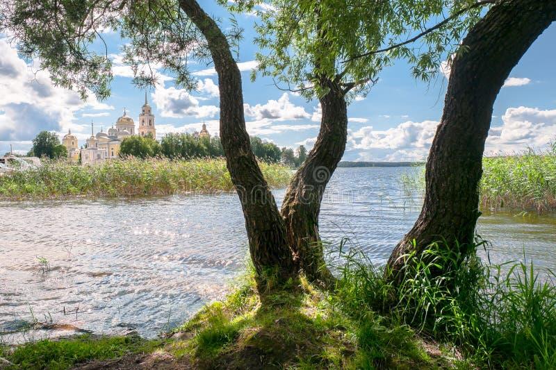 Sikt av sjön Seliger och den Nilov kloster från halvön Svetlitsa, Tver region arkivbilder
