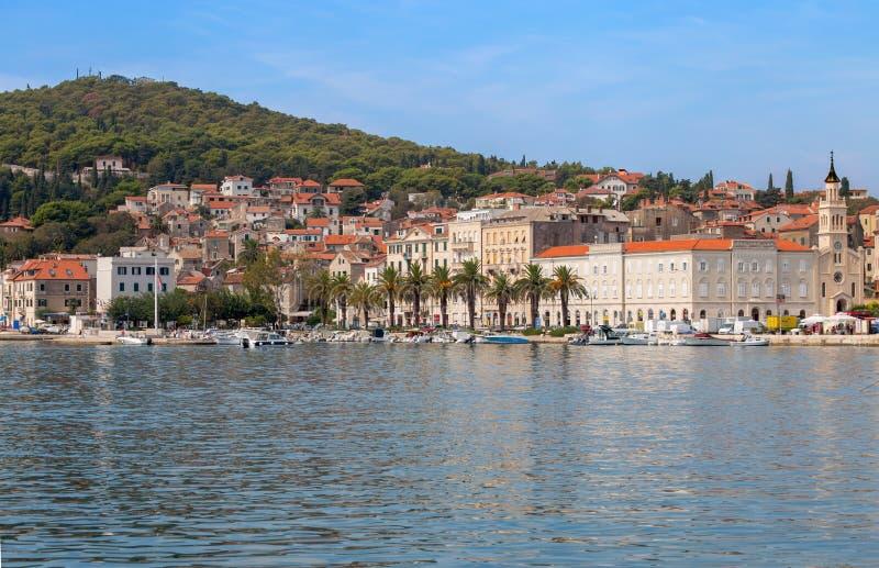 Sikt av sjösidan av splittring, Adriatiskt hav, i Dalmatia, Kroatien royaltyfria foton