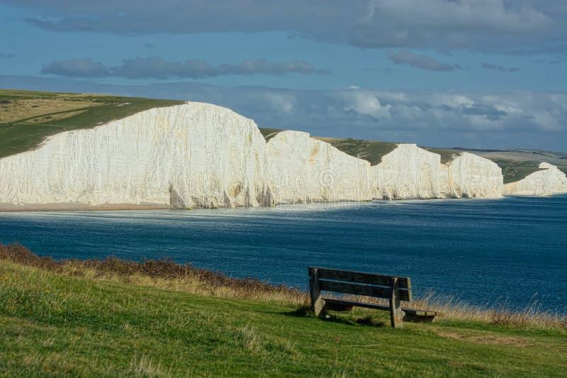 Sikt av sju systerkritaklippor Beachy huvud, Sussex royaltyfri foto