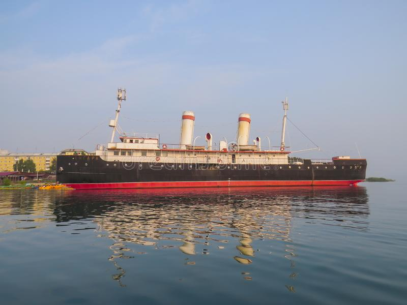 Sikt av skeppet, det Angara isbrytaremuseet, fr?n sj?n arkivbild