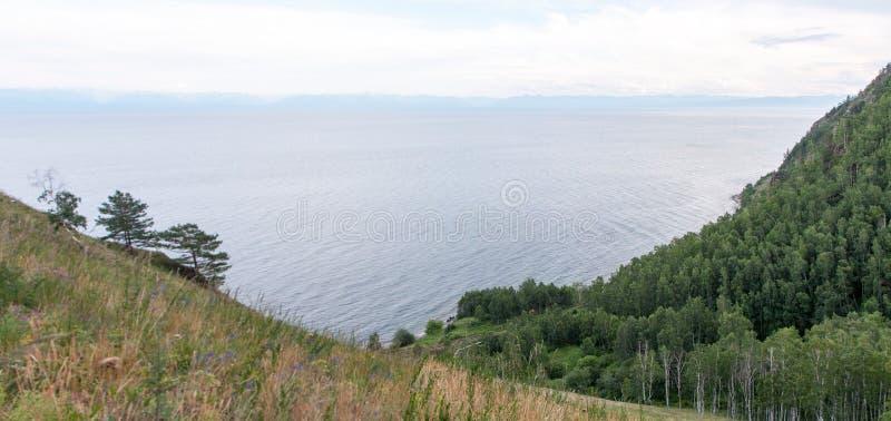 Sikt av skogen, sjön och annan överkant från bergssidan arkivfoto