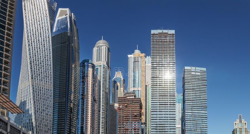 Sikt av skyskrapan i Dubai Med dem under konstruktion UAE royaltyfria bilder