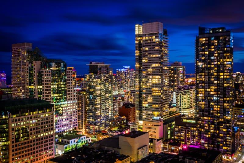 Sikt av skyskrapor i centrum på natten, i Toronto, Ontario royaltyfri bild