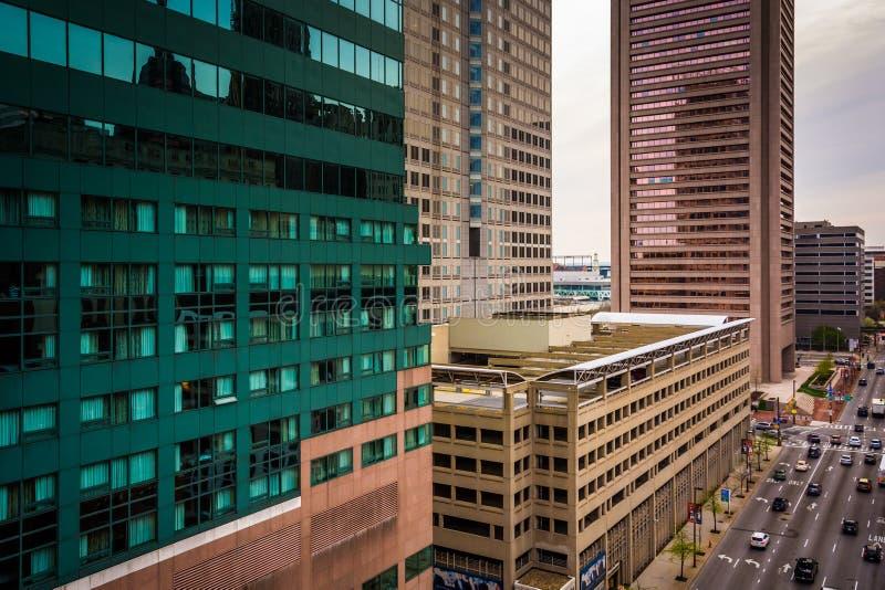 Sikt av skyskrapor längs Lombardgatan från ett parkeringsgarage I royaltyfria foton