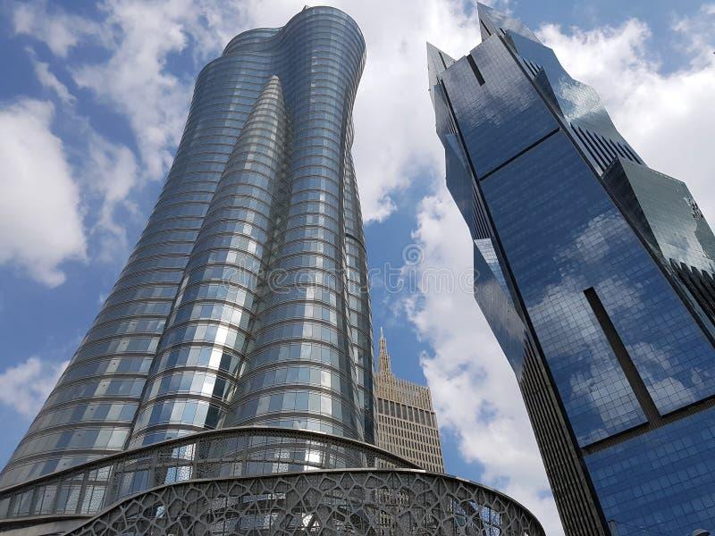 Sikt av skyskrapor som lokaliseras på den västra fjärden på Cornichen i Doha Qatar, inklusive qatarisk oljabyggnad arkivbild