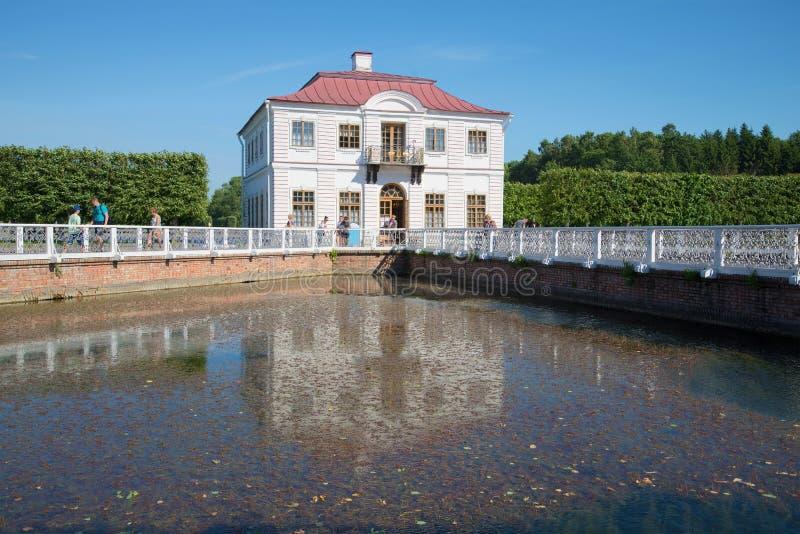Sikt av slotten av Marly på solig dag i Juli petersburg saint royaltyfri foto
