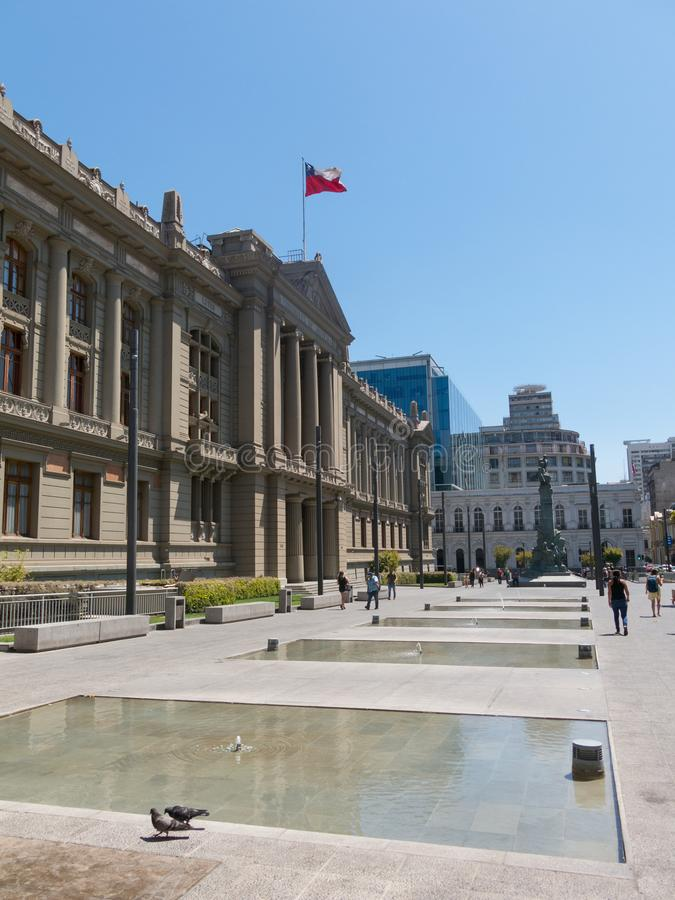 Sikt av slotten av domstolar av Santiago de Chile, huvudstaden av Chile som lokaliseras i den Montt-Varas fyrkanten arkivfoton