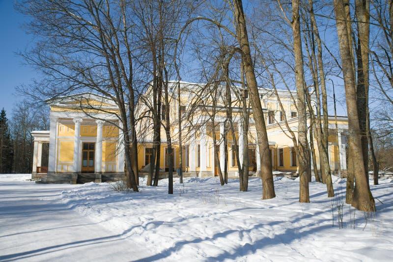 Sikt av slotten av Duke Maximilian Leichtenberg på en solig vinterdag peterhof royaltyfri foto