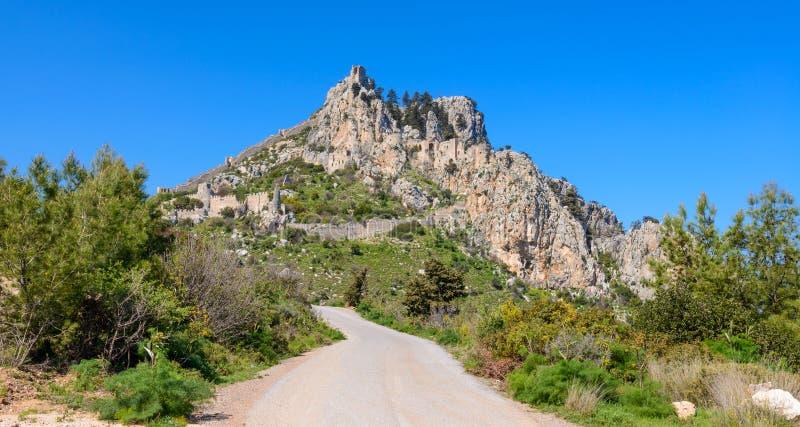 Sikt av slotten för St Hilarion nära Kyrenia 18 royaltyfri foto