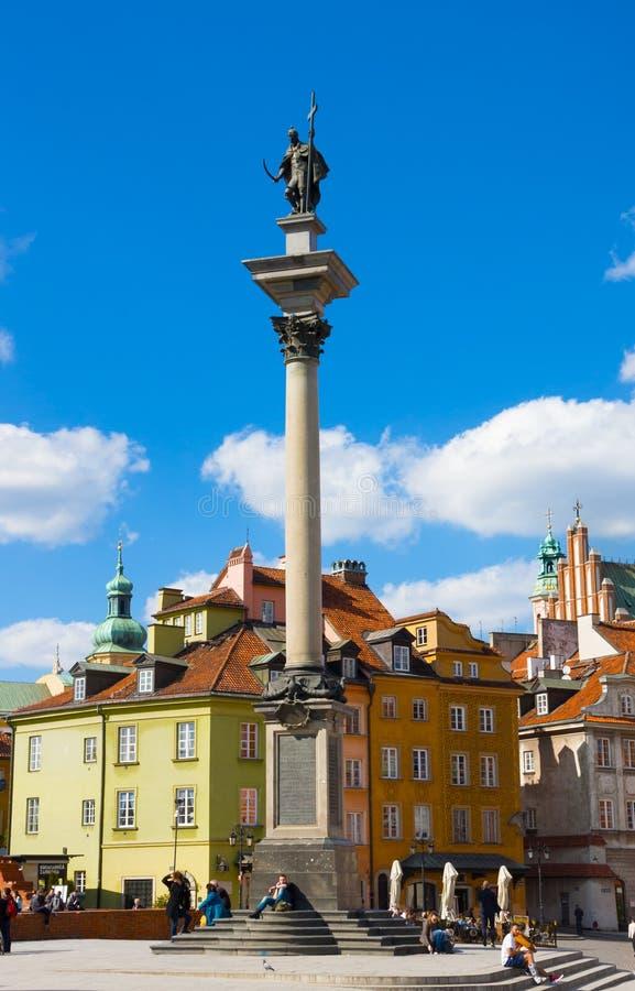 Sikt av slottfyrkanten med den Sigismund kolonnen i den gamla staden i Warszawa, Polen royaltyfria bilder