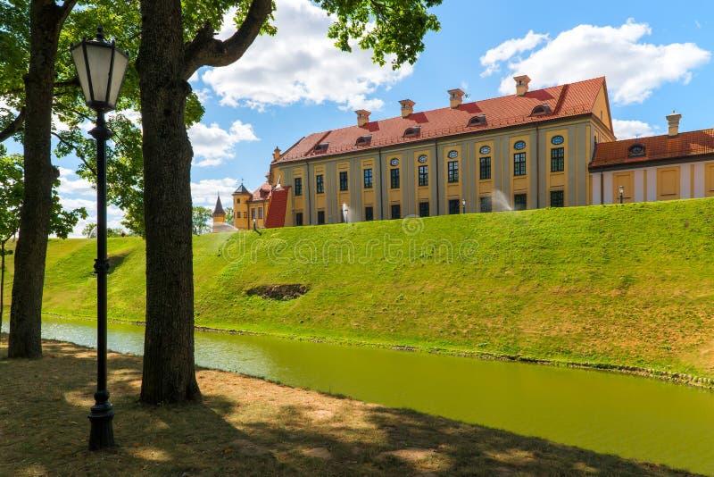 Sikt av slottkomplexet i Nesvizh royaltyfria foton