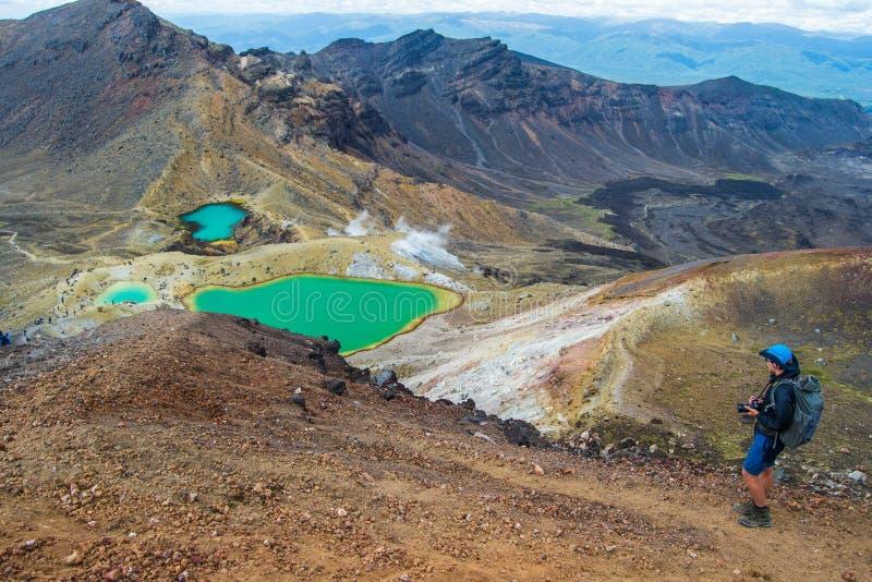 Sikt av smaragd sjöar från Tongariro den alpina korsa vandringen med moln över, norr ö, Nya Zeeland royaltyfria foton