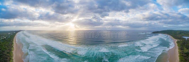 Sikt av solnedgången över havkustlinjen nära Byron Bay royaltyfri fotografi