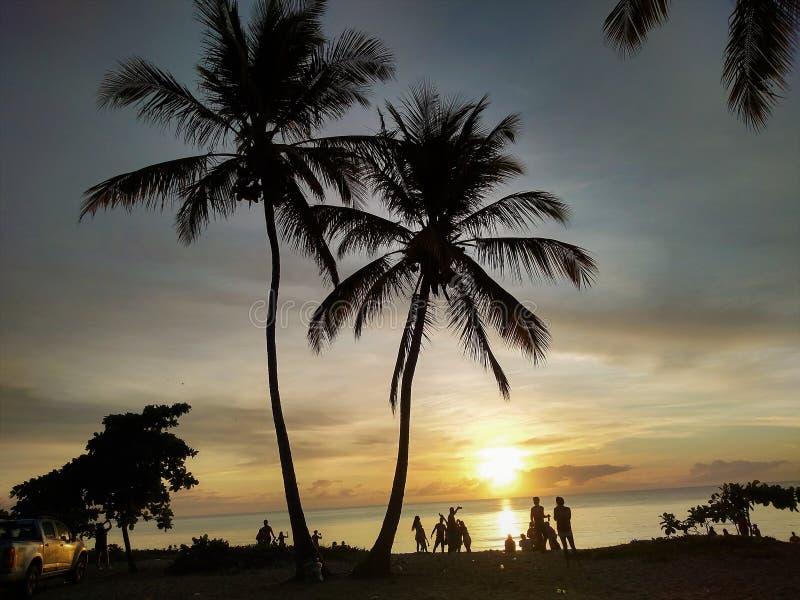 Sikt av soluppgång på stranden, karneval, Porto Seguro, Bahia, Brasilien royaltyfri fotografi