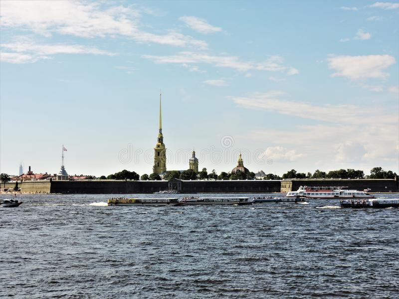 Sikt av sommar St Petersburg: flod, skepp och fästning! royaltyfria foton