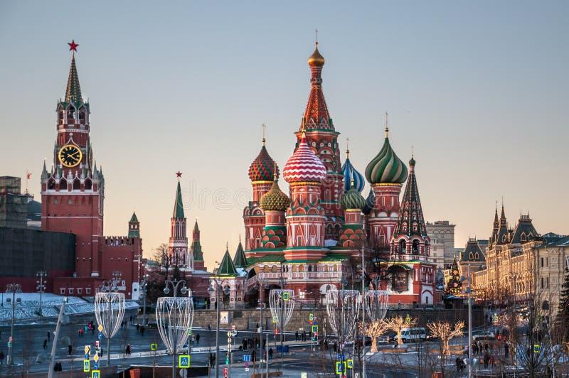 Sikt av St-basilikans tornet för domkyrka och Spasskaya av MoskvaKreml på en vinterafton arkivfoton
