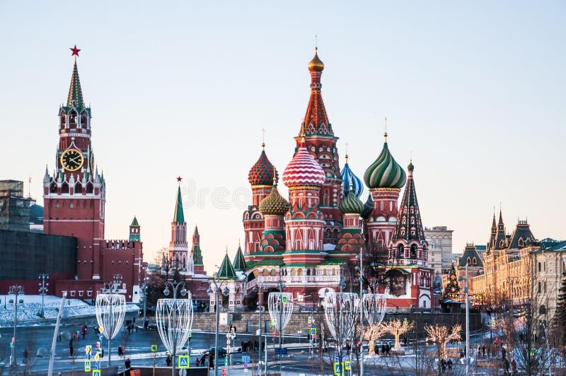 Sikt av St-basilikans tornet för domkyrka och Spasskaya av MoskvaKreml på en vinterafton arkivfoto