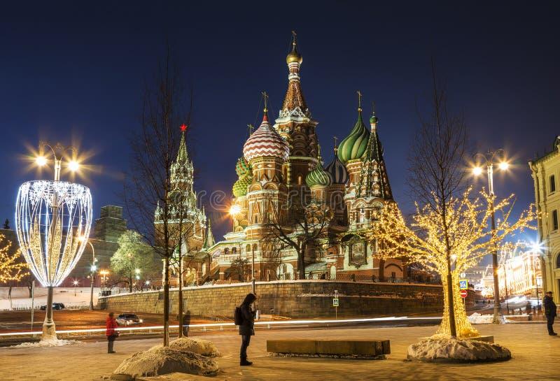 Sikt av St-basilikas domkyrka och Kreml i nytt års afton moscow royaltyfri foto