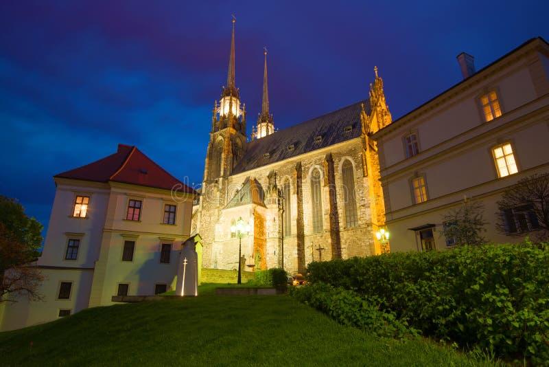 Sikt av St Peter och Paul Cathedral i den April aftonen brno tjeckrepublik arkivfoton