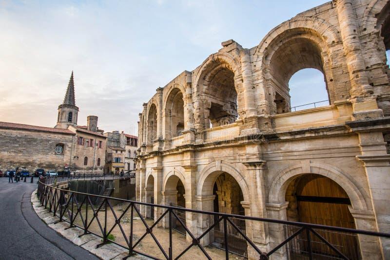sikt av staden av Arles i Frankrike arkivbilder