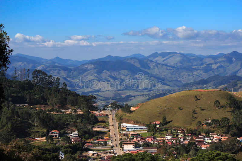 Sikt av staden av Goncalves och Serra da Mantiqueira royaltyfri fotografi