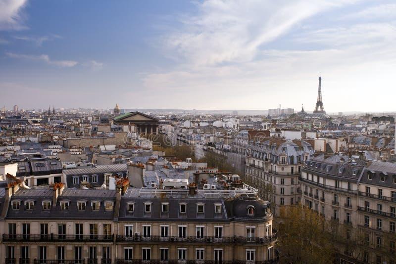 Sikt av staden av Paris med Eiffeltorn i bakgrund royaltyfria foton
