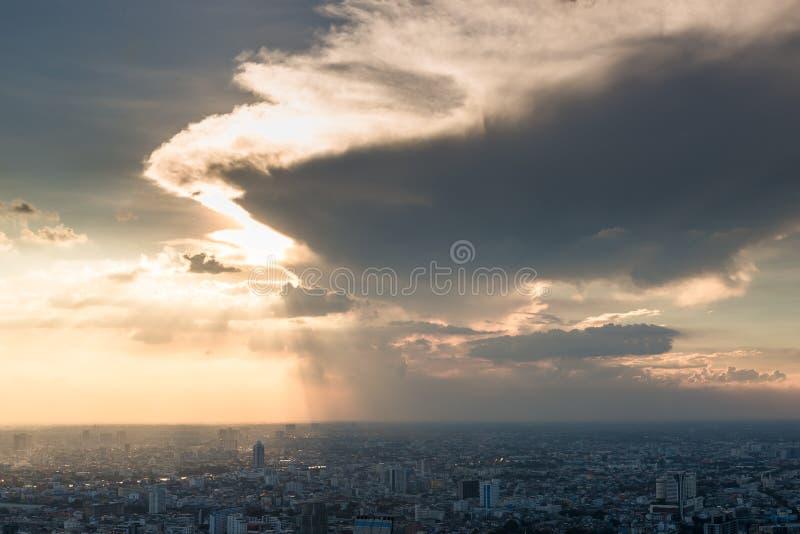 Sikt av staden av Bangkok från en skyskrapa, tungt moln över fotografering för bildbyråer
