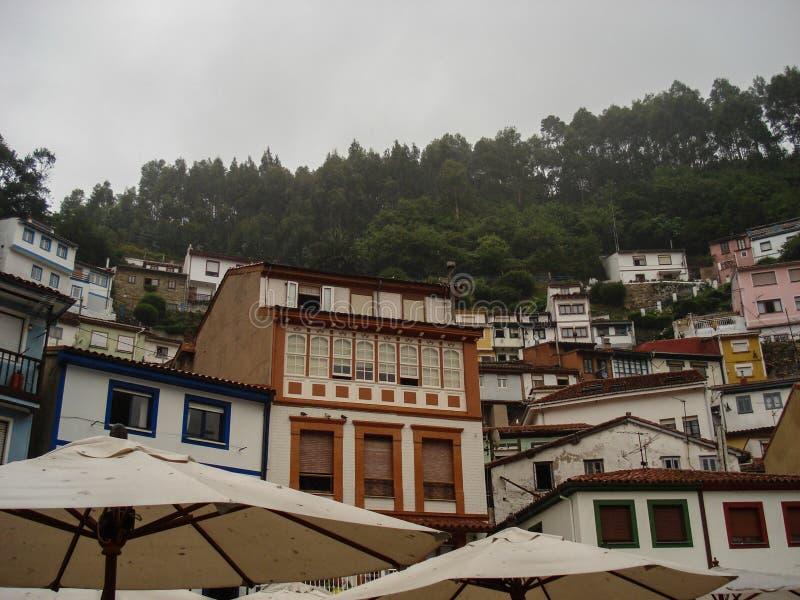 Sikt av staden av Cudillero, i Asturias Spanien Pittoresk och turist- by av den Cantabrian kusten var du kan sova royaltyfria bilder