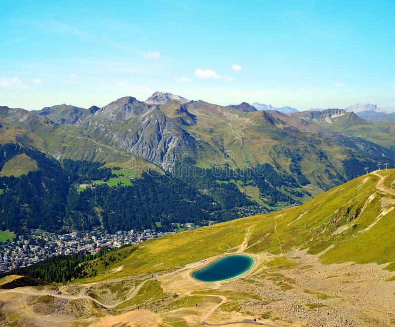 Sikt av staden Davos från bergöverkanten Jakobshorn royaltyfria bilder
