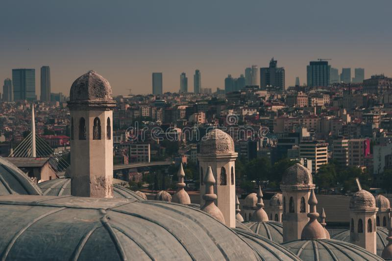 Sikt av staden Istanbul, Bosphorus bro från det Galata tornet Yttre sikt av kupolen i ottomanarkitektur royaltyfria foton