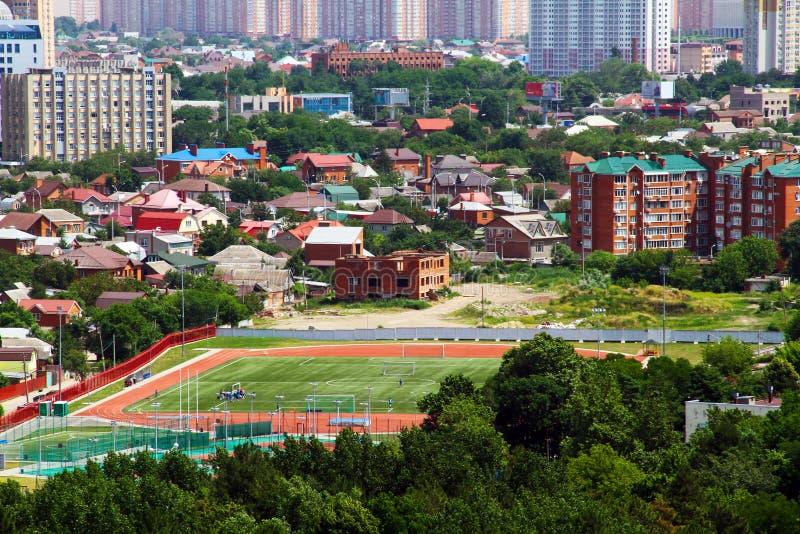 Sikt av staden av Krasnodar med det fudbolny fältet royaltyfri bild