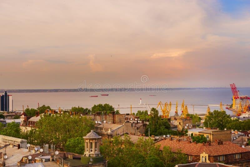 Sikt av staden och porten från över tak av gamla hus och en fyr i fjärden av Blacket Sea ukraine odessa arkivfoto