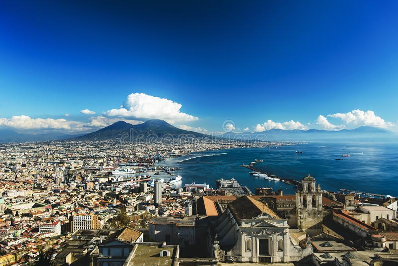 Sikt av staden och porten av Naples med den Vesuvius vulkan i bakgrunden från Castel Sant 'Elmo, Campania, Italien arkivbild