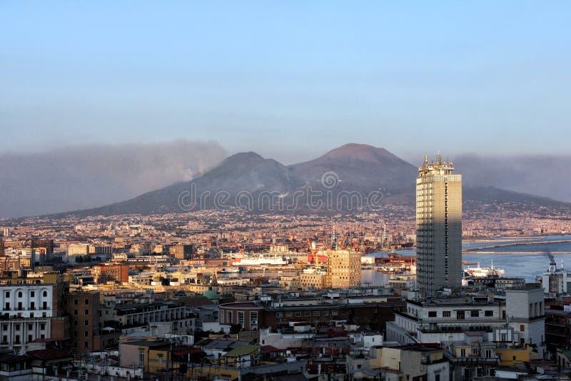 Sikt av staden och vulkan Vesuvius royaltyfri bild
