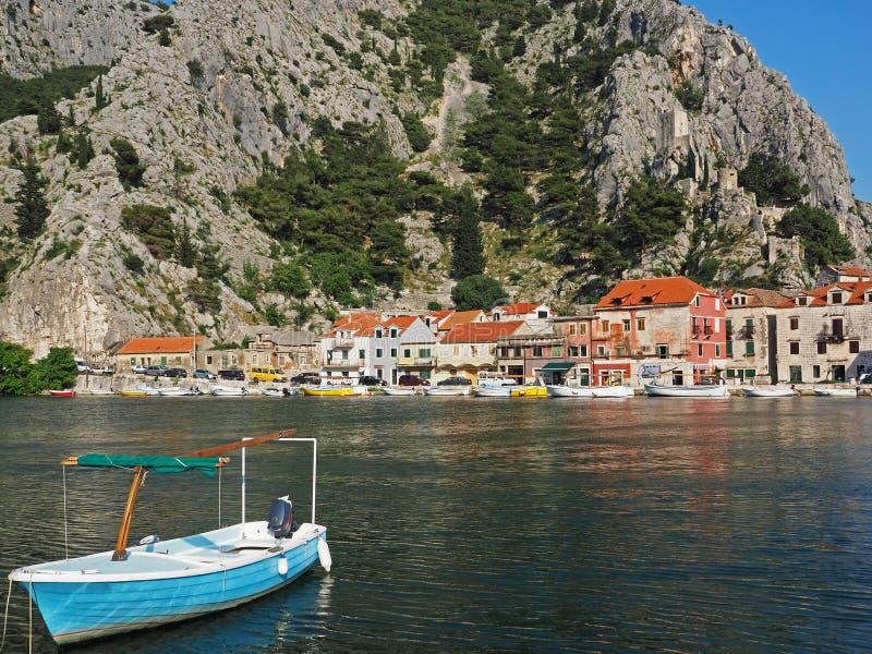 Sikt av staden Omis, Kroatien, med fiskebåten i förgrunden royaltyfria foton