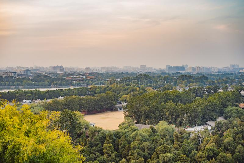 Sikt av staden av Peking från en höjd Kina arkivbild