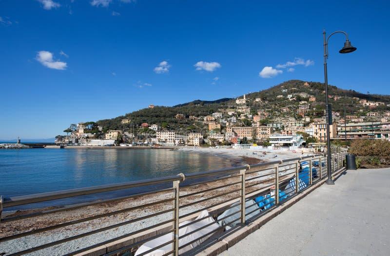 Sikt av staden av Recco, Genoa Genova Province, Liguria, medelhavs- kust, Italien arkivfoton