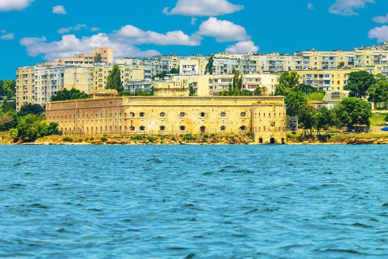 Sikt av staden av Sevastopol och den forntida bastionen fjärd från för havet, Sevastopol royaltyfri foto