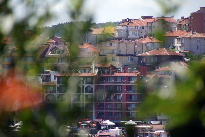 Sikt av staden av Sozopol till och med buskar, Bulgarien arkivfoto