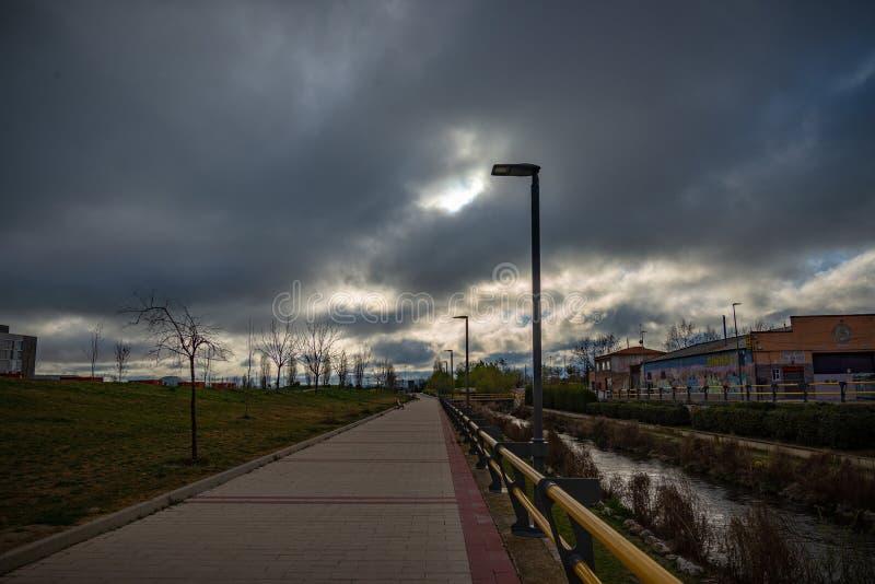 Sikt av staden av Valladolid från den Esgeba floden Spanien royaltyfri foto