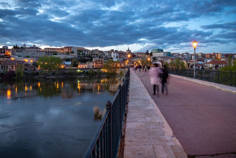 Sikt av staden av Zamora fr?n den Douro floden Spanien royaltyfri foto