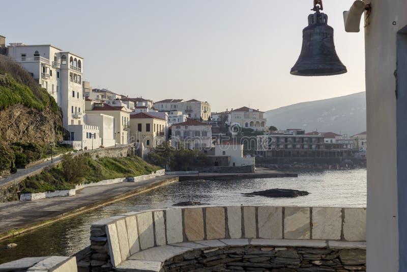 Sikt av stadfyren, f?stning, med kyrkan och havet Grekland, ? Andros, Cyclades royaltyfria foton