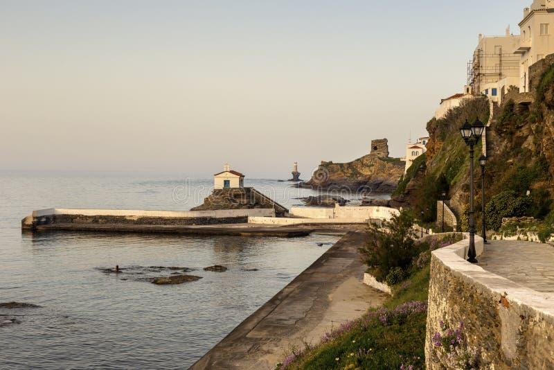 Sikt av stadfyren, f?stningen, kyrkan och havet Grekland, ? Andros, Cyclades arkivbild