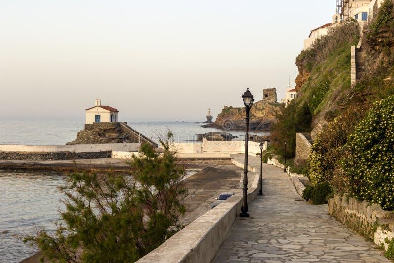 Sikt av stadfyren, f?stningen, kyrkan och havet Grekland, ? Andros, Cyclades arkivbilder